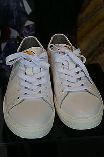 白色男款休闲鞋