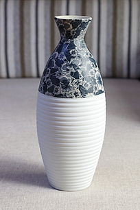 蓝花图案细颈瓷瓶