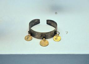 鞑靼人嵌金币手镯