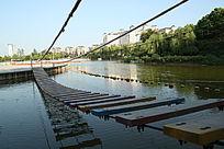 小河上的吊桥