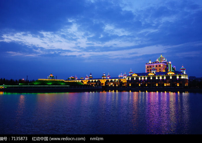 湖泊欧式建筑夜景图片