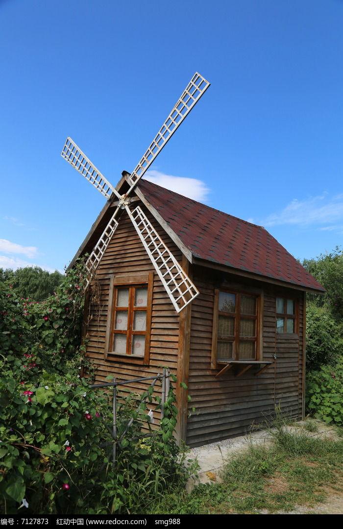 原创摄影图 自然风景 田野田园 蓝天下风车房子  请您分享: 素材描述