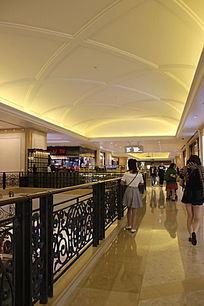 商业中心逛街