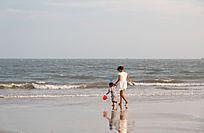 沙滩上的母子