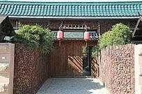 绿色琉璃瓦木门背景