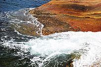 海洋白色浪花和礁石
