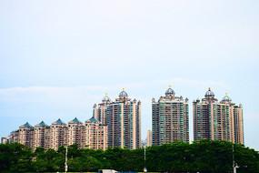 橙色多窗蓝顶高楼建筑群