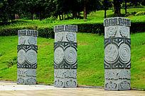 浮雕四方石柱