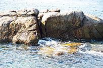 蓝色海洋褐色礁石和白色浪花