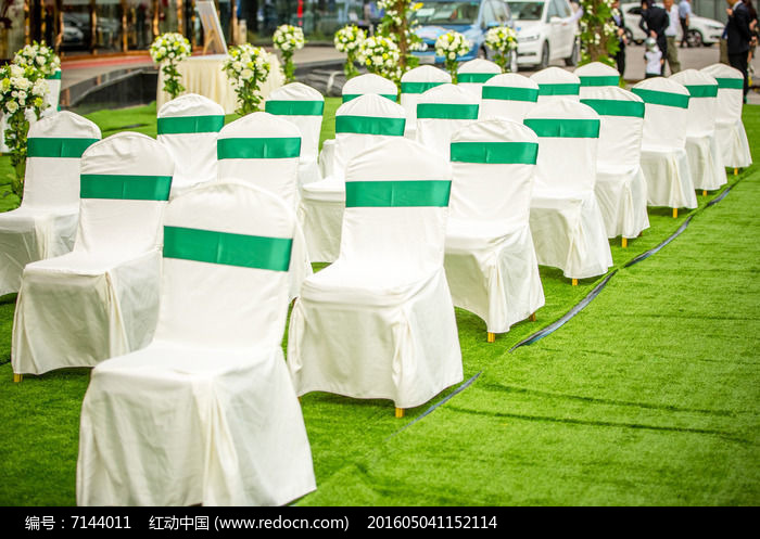 绿色西式草坪婚礼现场的白色椅子图片