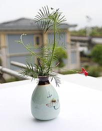 绿藤红花瓷瓶