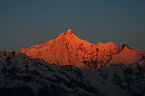 梅里雪山主峰卡瓦格博峰日照金山过程中