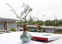 书本瓷瓶红花