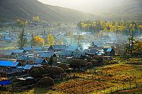 新疆白哈巴村庄清晨炊烟摄影