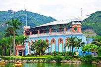 城堡式蓝色表演馆建筑侧面