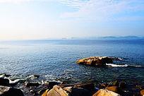 海上褐色礁石蓝色海洋和天空