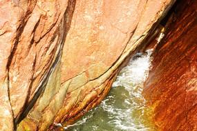 褐色礁石白色浪花