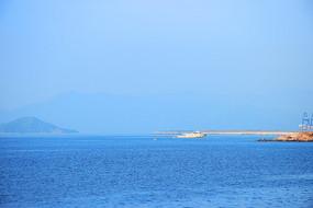 蓝色海上白色快艇
