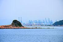 蓝色海洋和海中小岛港口