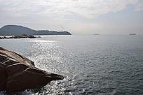 蓝色海洋礁石远山