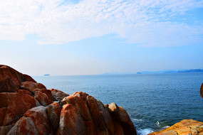 蓝天海洋橙色岩石