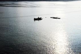 两只海上小船剪影黑白图
