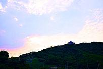 绿色山顶小别墅和蓝色天空
