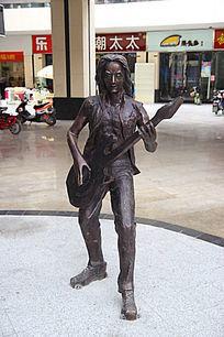 商场里的玩摇滚音乐人物雕塑