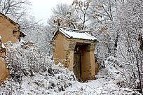 雪天的土门房