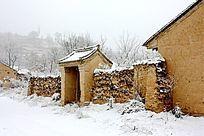 雪天土房子和门房
