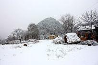 雪天远看山下的图院子和草垛场
