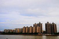 江边橙色办公楼建筑群风光