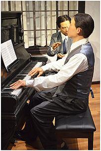 弹钢琴的艺术家蜡像