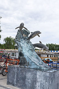 冲出水面的海豚艺术雕塑
