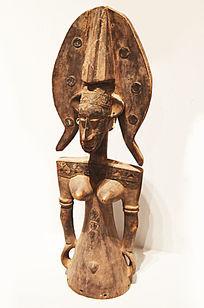 带头盔的女人木雕
