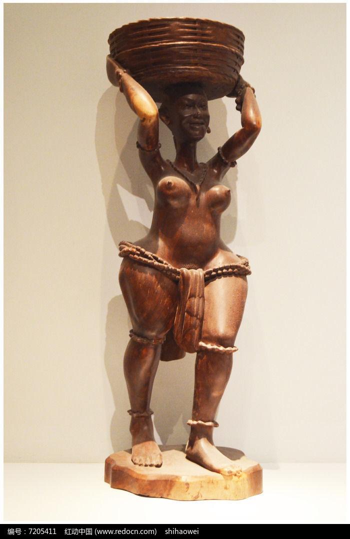 顶物品的人雕塑图片