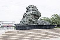 怒吼的雄狮雕塑