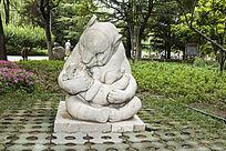 亲吻孩子的熊妈妈雕塑