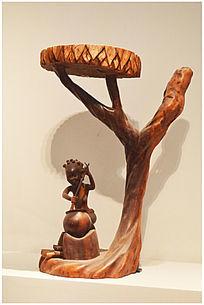 树下避雨的人木雕