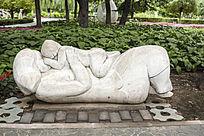 躺着玩耍的母子雕塑