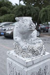 柱头牛艺术雕塑