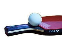 纯白背景的红色乒乓球拍和白色乒乓球