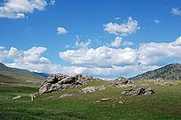 禾木草原蓝天白云乱石堆