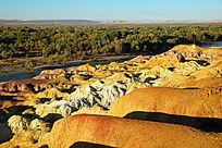黄褐色的五彩滩雅丹地貌