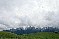 新疆石河子东大塘草原牧场雪山