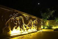 夜色下的庭院雕刻围墙