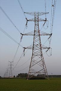 田野里的高压线铁塔