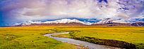 草原上的河流全景