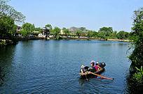 乘坐乌篷船游东湖