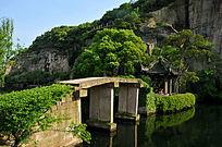 东湖的山水石桥